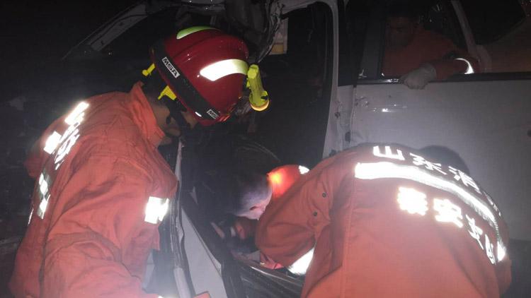 37秒丨泰新高速一轿车追尾大货车两人被困 消防紧急救援