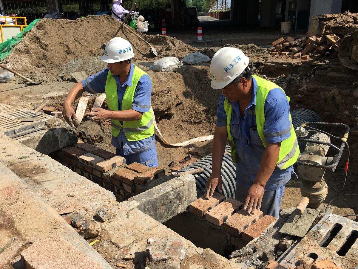 济南八一立交桥西南角管道漏水 经抢修已恢复正常供水