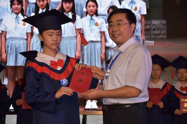 """济南: """"05后""""小学生迎来毕业季 毕业典礼仪式感爆棚"""