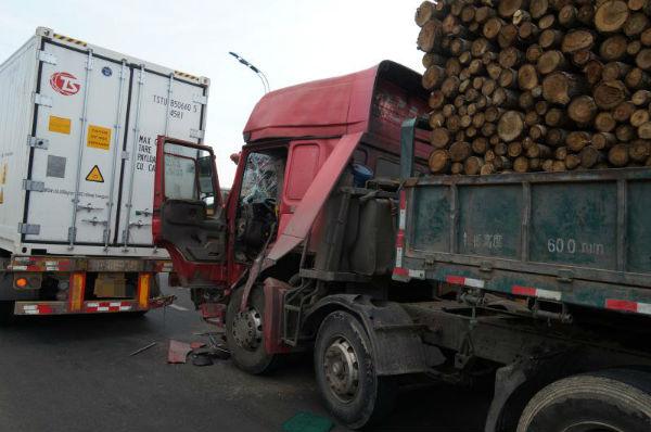 为躲避轿车两货车追尾一人被困 日照消防成功救援