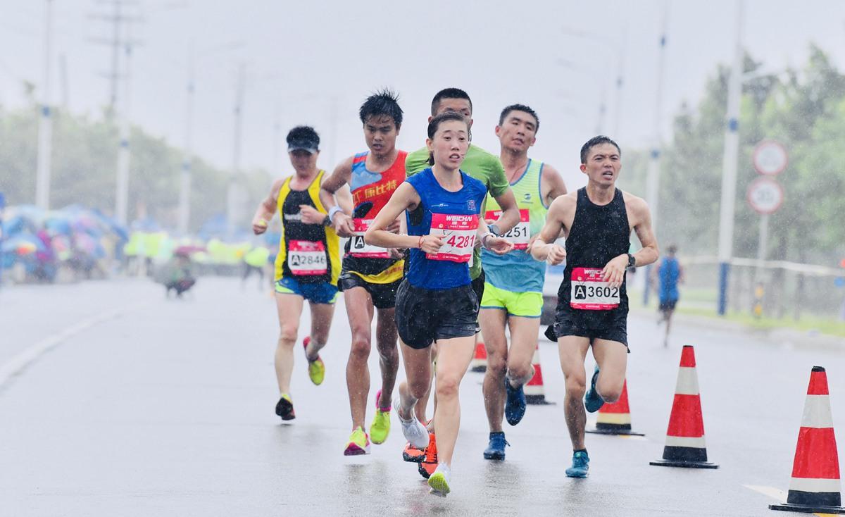 雨中奔跑的快乐!实拍雨中最美马拉松奔跑者