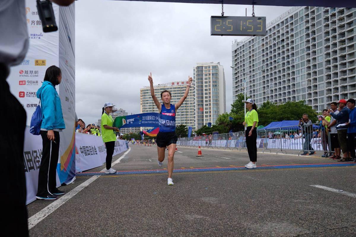 2018海阳国际马拉松女子全程三甲出炉 在校大一女生夺冠!