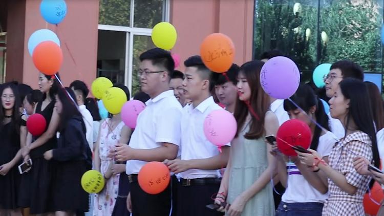 47秒|难忘最后一课!百余师生携手走红毯同唱《明天你好》