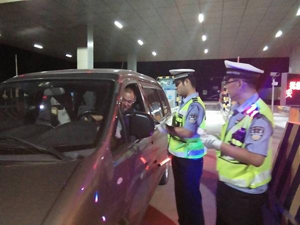 淄博高速交警开展夜查整治 查处各类违法行为185起