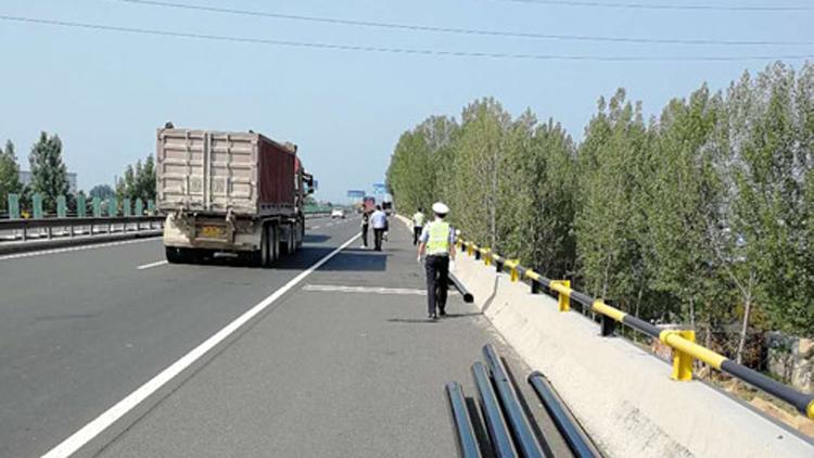 25秒丨货车上掉下20多根大铁管!泰安高速交警快速救援