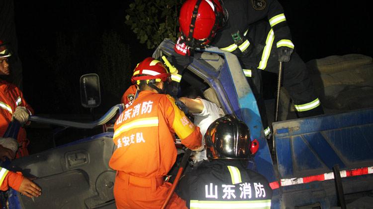 53秒丨S103省道农用三轮与大货车追尾 新泰消防紧急救援