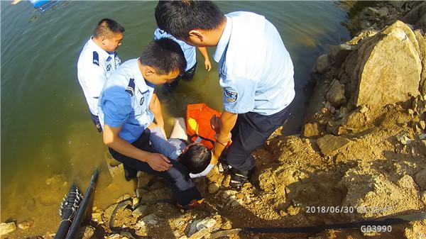 临沂一男子酒后轻生被民警救上岸:呛水后就后悔了