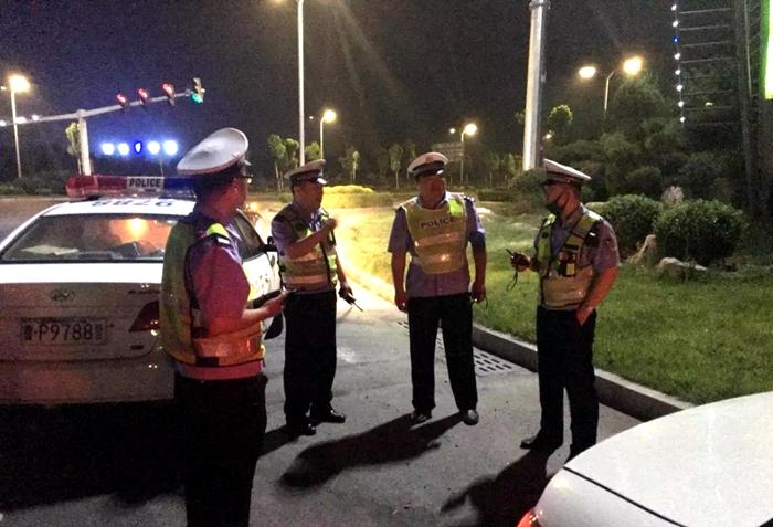 聊城开发区交警夜查货车超限超载 19辆车被查处