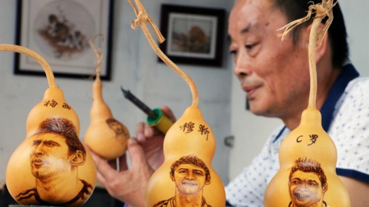 60秒丨济宁烙画艺人痴迷世界杯 将梅西、C罗烙在葫芦上
