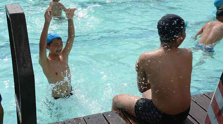 泼水、扎猛子、尽享水中清凉!济南市民扎堆泉城浴场避暑