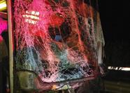 京台高速一客车撞上护栏玻璃粉碎!泰安消防破拆救出驾驶员