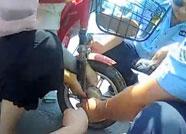 安丘:儿童脚部卷进车轮获交警救助 暑期出行切记安全第一