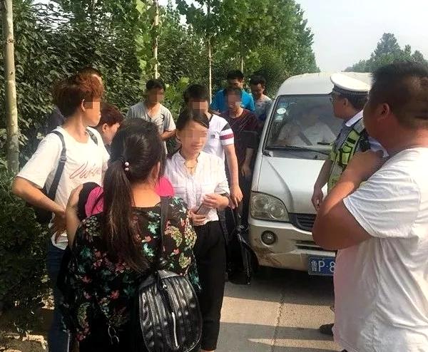 莘县:面包车超载拉了13名驾校学员 被交警当场查获