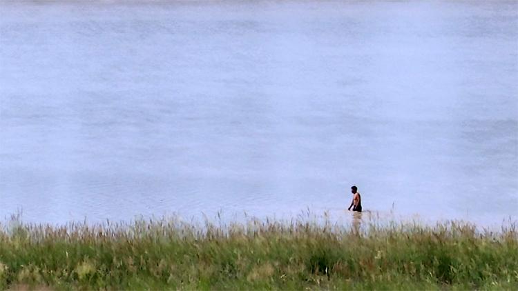 49秒丨齐河小伙黄河救人溺亡一周年 朋友驱车千里祭拜敲警钟
