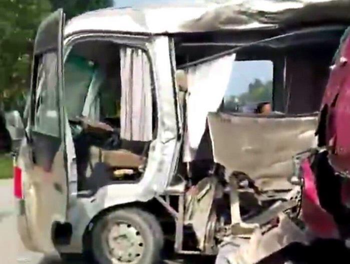 聊城一客车与半挂车相撞 致1人死亡8人受伤