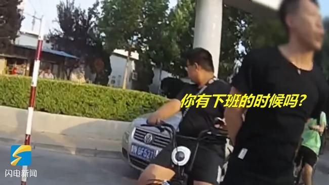 """56秒丨德州一男子骑电动车闯红灯被拦停 放话""""威胁""""交警"""
