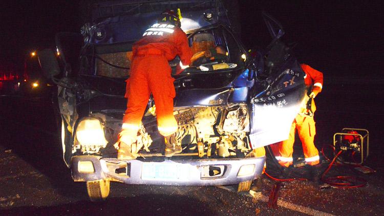 50秒丨凌晨2点泰新高速一箱货车追尾半挂车 司机疑疲劳驾驶