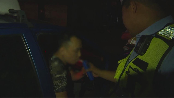 """德州""""的哥""""酒驾被查欲贿赂民警:给你一千块,别查我了"""
