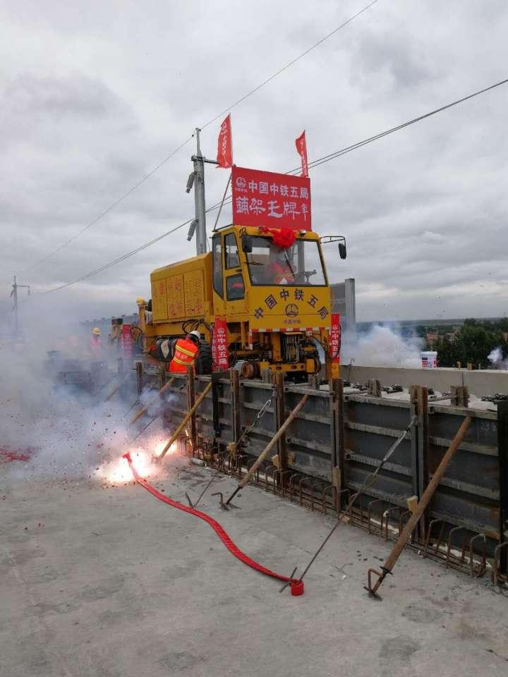 离通车更近了!济青高铁低速段开始铺轨