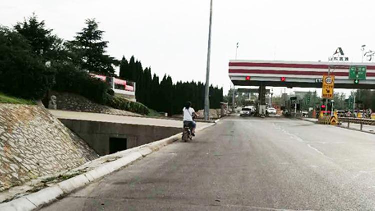 11秒丨危险!女子骑电动车带娃上高速 交警驱车追赶安全护送
