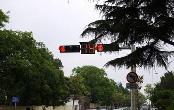 """交警部门:青岛市区79处信号灯""""放暑假"""""""