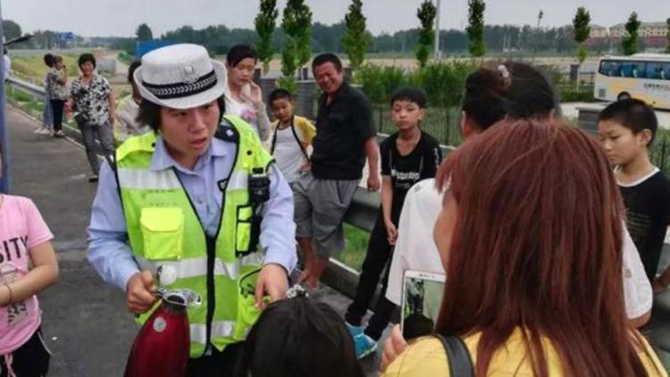 大客车半路故障 武城交警高温下为乘客送水受赞扬