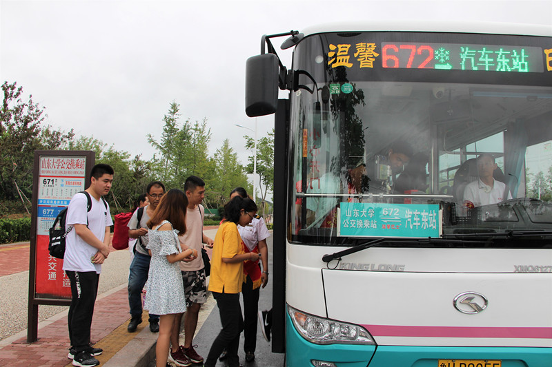 """加密班次应对暑假学生流 公交""""校园线""""方便六万师生出行"""