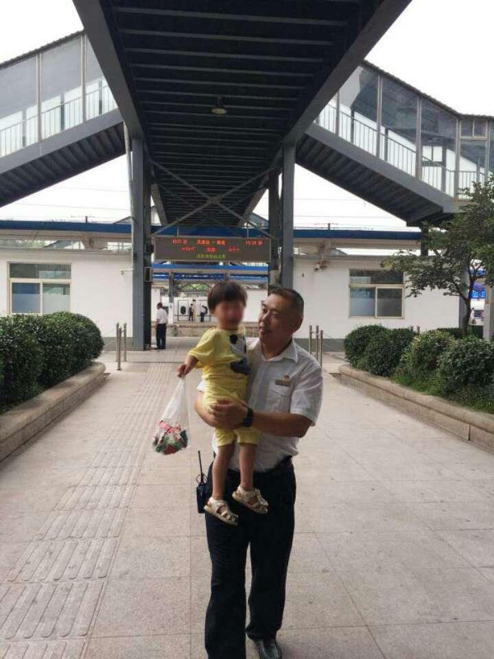 四岁女童独自下车 淄博车站帮助与家人团聚
