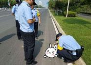 滨州一男子醉卧路边 幸亏民警及时救助