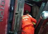 潍坊诸城一大货车侧翻驾驶员被困 消防官兵紧急救援
