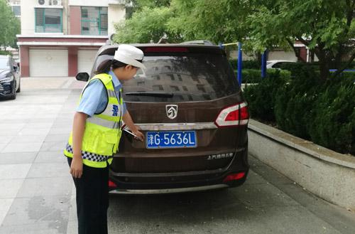 """阳信一商务车挂""""假号牌""""闯红灯 被追查至住宅区"""
