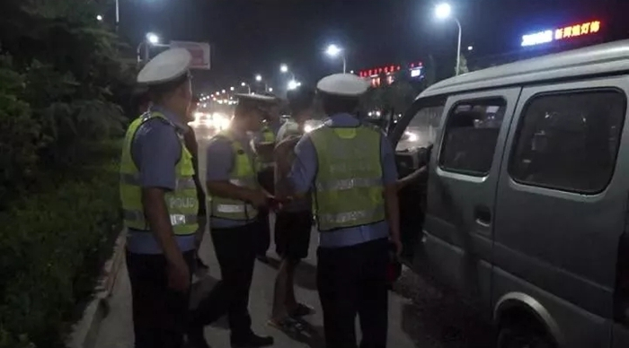 胆真大!茌平18岁小伙无证驾驶、逆行 还穿着拖鞋开车