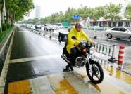 潍坊:记录雨中劳动者的身影 请给他们多一点理解和宽容