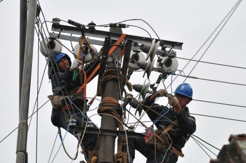 济宁城区部分线路故障停电 供电公司全力抢修逐步恢复送电