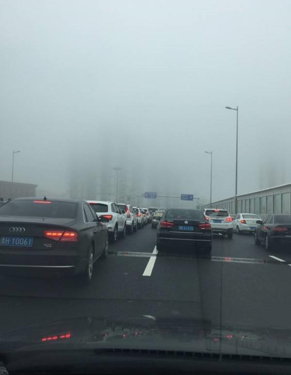 青岛胶州湾隧道内三车追尾 车速快车距近引发事故