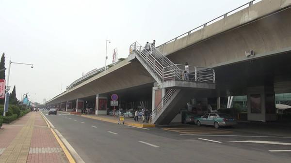 85秒|乘客扛行李爬4米楼梯乘车 济南机场:开放航站楼二楼临时出口