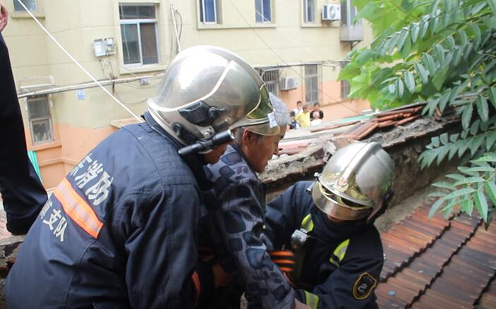 淄博:八旬老人被困屋顶 消防官兵紧急救援
