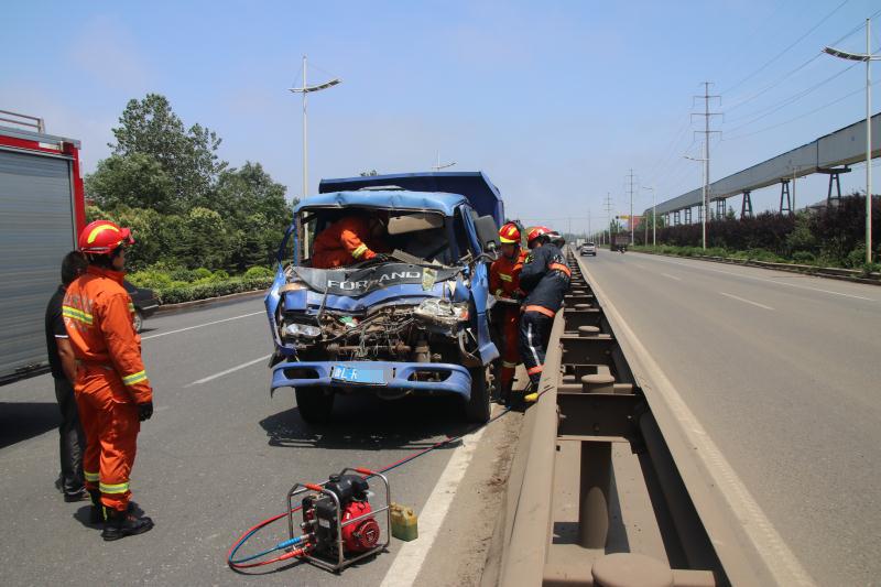 日照:前车刹车致后车追尾 消防及时救出司机