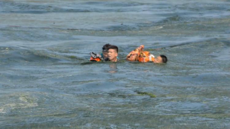 惊险!女子游泳遇险被困海中 官兵奋力营救