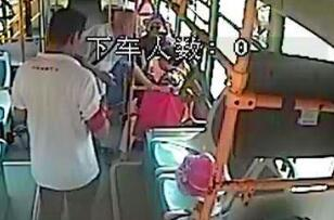 惊险!七旬老人车厢内晕倒 驾驶员乘客联手救人