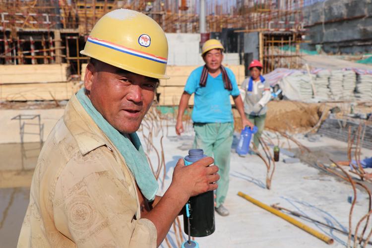 炎值≥35℃丨为了孩子坚守工地 一天喝16斤水都不够