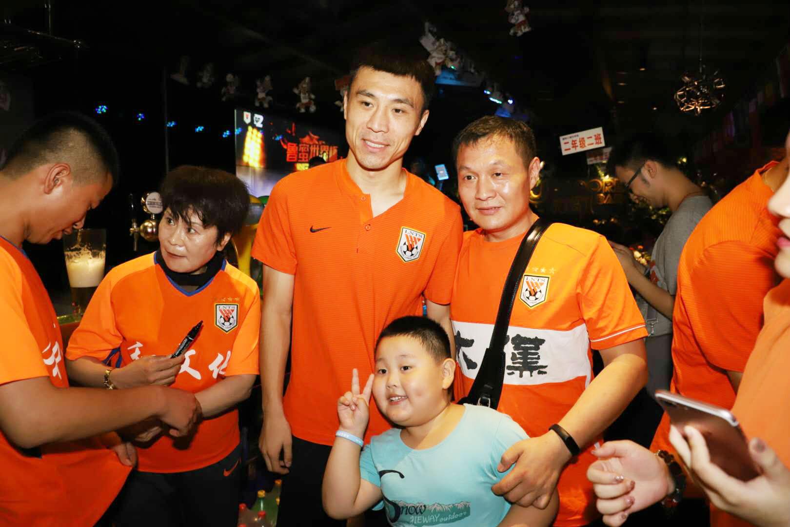 鲁能球员郑铮齐天羽助阵鲁蜜世界杯球迷嘉年华活动