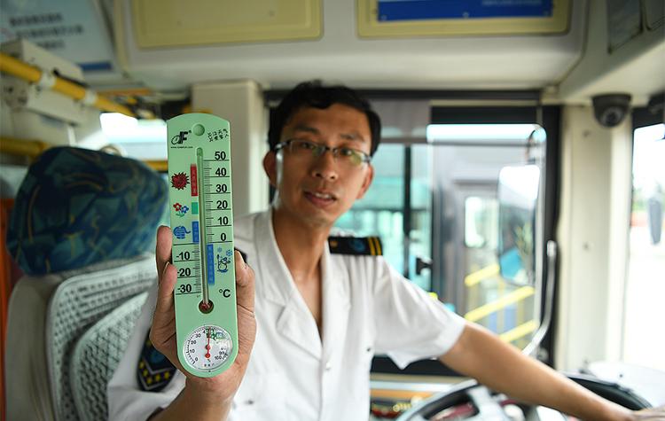 炎值≥35℃丨50℃车厢里的济南公交夫妻档 天热不敢多喝水
