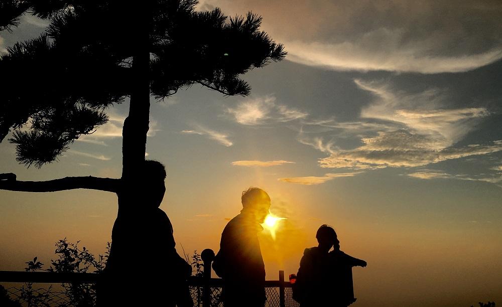 泰山傍晚拨云见日 彩霞漫天犹如仙境