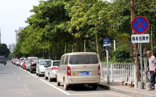 注意!聊城市中心这一路段非机动车道临时停车位被取缔