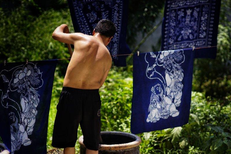 炎值≥35℃丨记非遗传人 枣庄泥沟李长平38°C高温下晒蓝花布