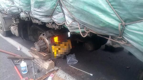 淄博:高温天轮胎也怕热 满载重卡高速路爆胎