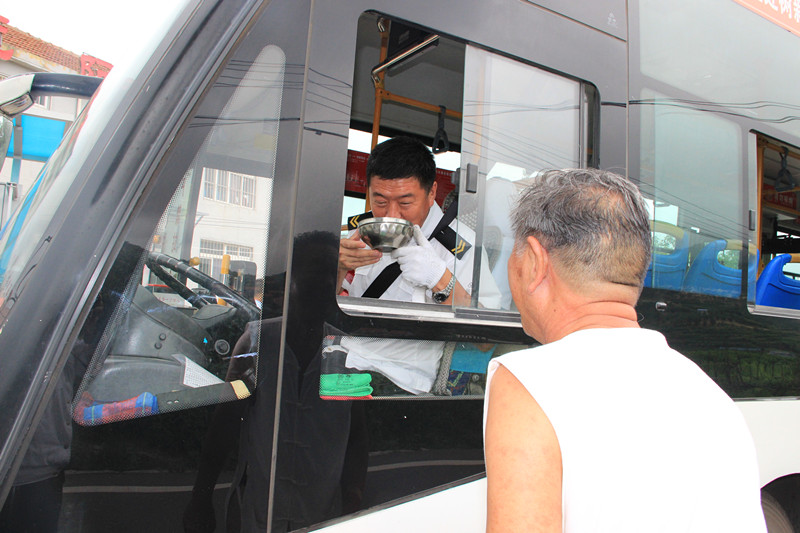 青岛一公交站点现暖心一幕 老人送绿豆汤感谢驾驶员
