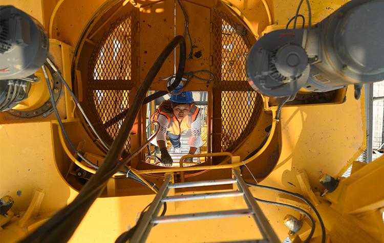 炎值≥35℃丨4年吊起10栋高楼,女塔吊司机高空坚守为了啥?