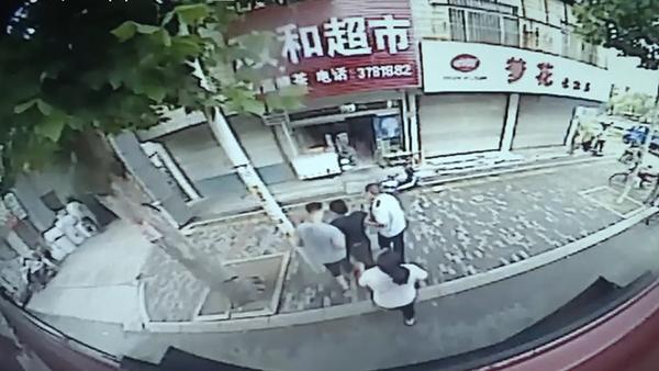 淄博:公交车上男子突然晕倒 早高峰驾驶员紧急送医